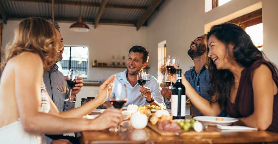 personas-comentando-durante-una-cena