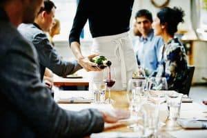 camarero echando vino en un vaso